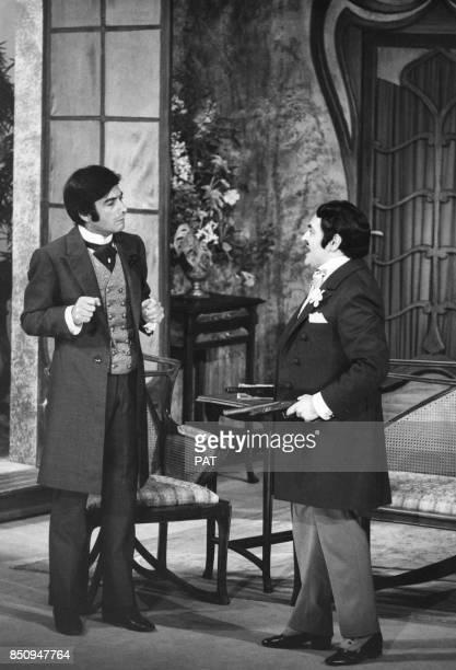 JeanClaude Brialy et Roger Carel interprètes de la pièce 'La Puce à l'oreille' le 30 novembre 1967 à Paris France