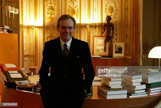 JeanJacques Aillagon At The Ministry Of Culture Jean Jacques AILLAGON souriant les mains dans les poches de son pantalon appuyé à son bureau rue de...