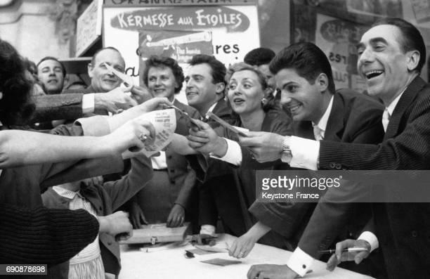 JeanMarc Thibault Annie Cordy Roger Pierre et Felix Paquet vendant des billets pour le spectacle 'La kermesse aux étoiles' sur les ChampsElysées à...