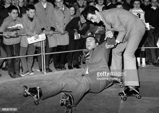 JeanMarc Thibault et Dick Rivers essayant des patins à roulettes à l'occasion du Salon de l'enfance à la Porte de Versailles à Paris France le 31...