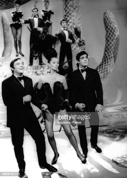 JeanMarc Thibault et Roger Pierre encadrant Claudine Coster animatrice d'une nouvelle émission de télévision à Paris France le 4 avril 1967