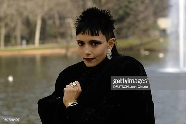 Jeanne Mas Directs The Film Of Her Song 'y'a Des Bons' Dans un parc le 23 janvier 1989 à l'occasion du tournage du vidéo clip de sa chanson 'Y'a des...