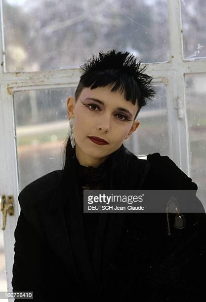 Jeanne Mas Directs The Film Of Her Song 'y'a Des Bons' Dans un parc devant une verrière le 23 janvier 1989 à l'occasion du tournage du vidéo clip de...