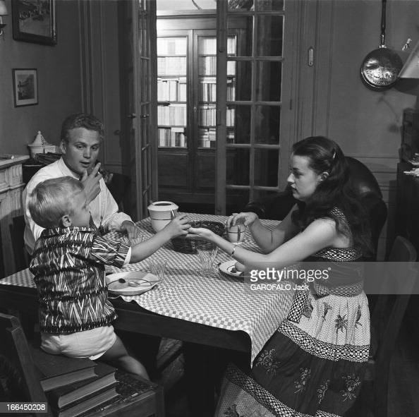 jeanne moreau with family paris juillet 1953 jeanne. Black Bedroom Furniture Sets. Home Design Ideas