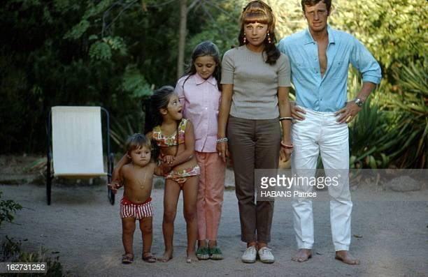 JeanPaul Belmondo With Family In SaintTropez JeanPaul BELMONDO en vacances à Beauvallon près de SaintTropez le petit monde du jeune premier au...