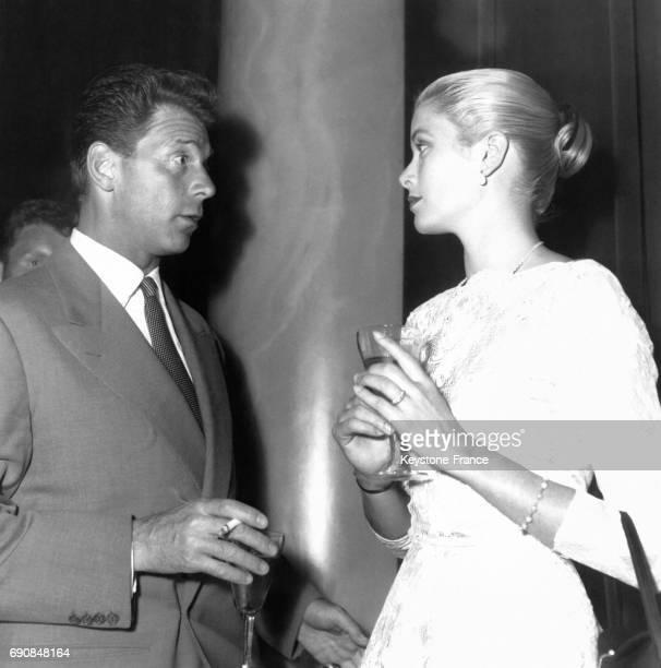 JeanPierre Aumont en pleine discussion avec Grace Kelly le 13 mai 1955