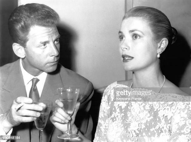 JeanPierre Aumont trinque avec Grace Kelly le 13 mai 1955