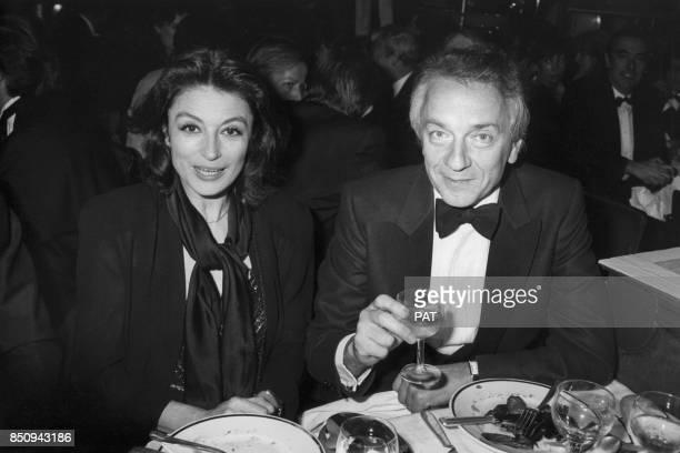 JeanPierre Cassel avec Anouk Aimée lors d'un dîner au MoulinRouge le 5 novembre 1982 à Paris France