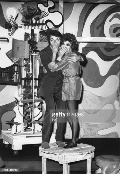 JeanPierre Cassel et Perrette Pradier dans la pièce de théâtre 'Black comedy' le 13 décembre 1967 à Paris France