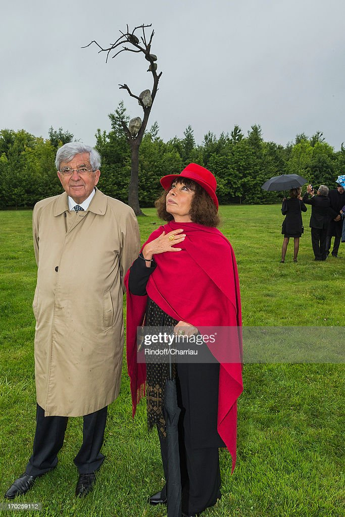 <a gi-track='captionPersonalityLinkClicked' href=/galleries/search?phrase=Jean-Pierre+Chevenement&family=editorial&specificpeople=562541 ng-click='$event.stopPropagation()'>Jean-Pierre Chevenement</a> and his wife Nisa view 'Idee di Pietra' (Idea of Stone), a bronze and stone sculpture by Italian artist Giuseppe Penone, during the private visit of his exhibition at Chateau de Versailles on June 9, 2013 in Versailles, France.