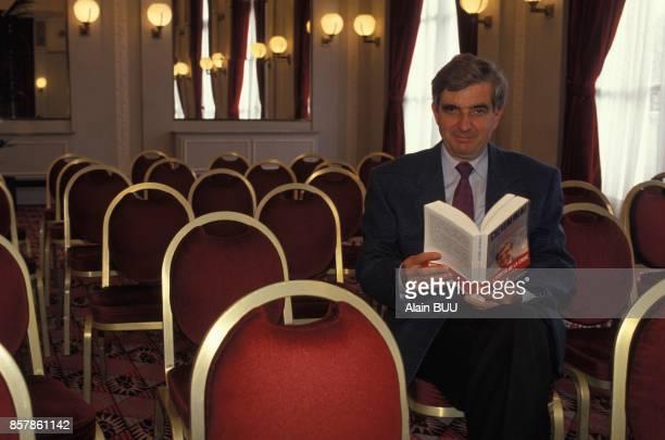 JeanPierre Chevenement presente son livre 'Le Temps des citoyens' le 29 septembre 1993 a Paris France