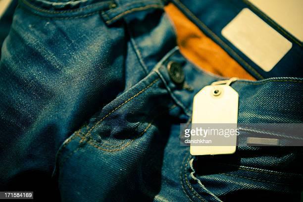 Calça Jeans com etiqueta de venda e rótulo
