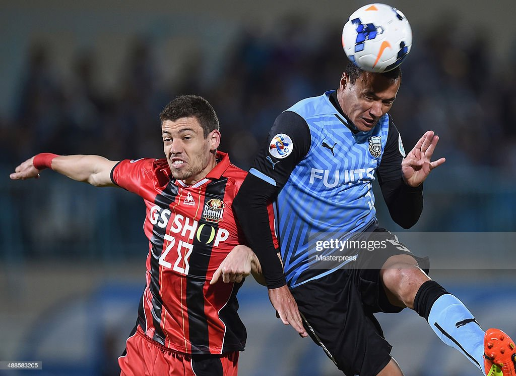 Jeci (R) of Kawasaki Frontale and Osmar Barba Ibanez of FC Seoul compete for the ball during the AFC Champions League Round of 16 match between Kawasaki Frontale and FC Seoul at Todoroki Stadium on May 7, 2014 in Kawasaki, Kanagawa, Japan.