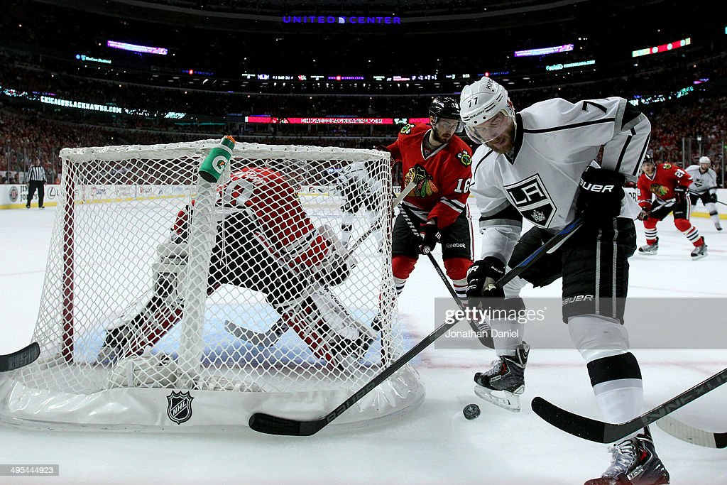Jeff Carter #77 of the Los Angeles Kings fights for the puck against the Chicago Blackhawks during Game Seven of the Western Conference Final in the 2014 Stanley Cup Playoffs at United Center on June 1, 2014 in Chicago, Illinois.