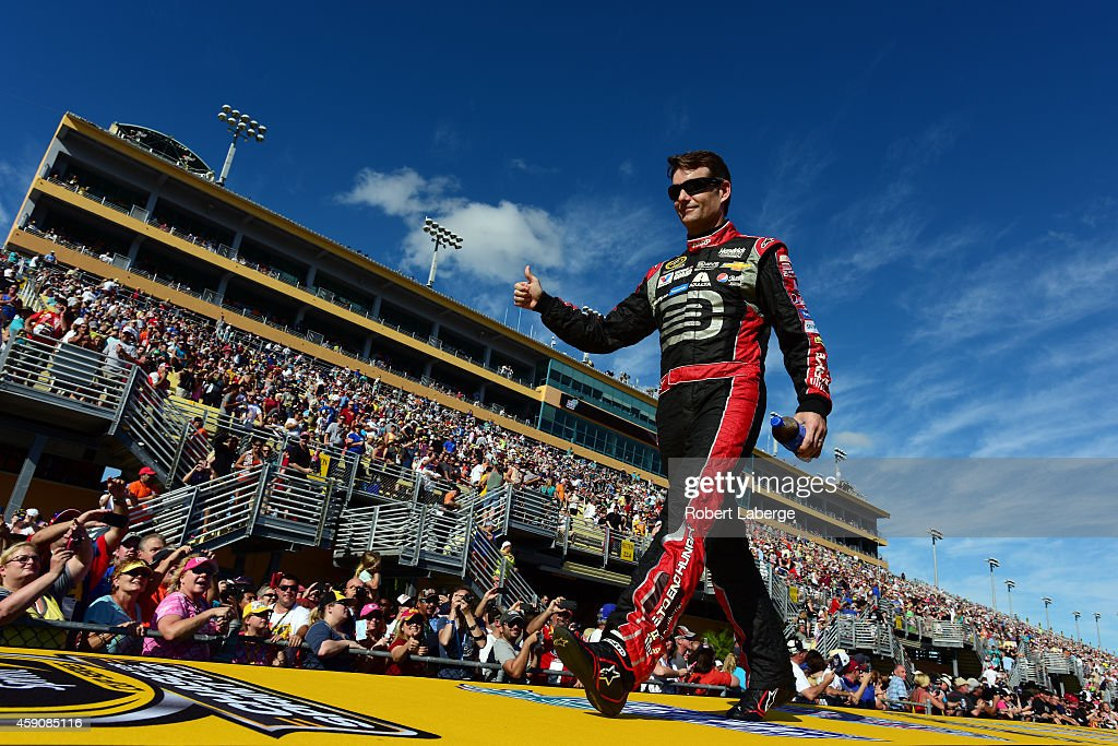 Jeff Gordon, driver of the #24 Drive To End Hunger Chevrolet, is introduced during the NASCAR Sprint Cup Series Ford EcoBoost 400 at Homestead-Miami Speedway on November 16, 2014 in Homestead, Florida.