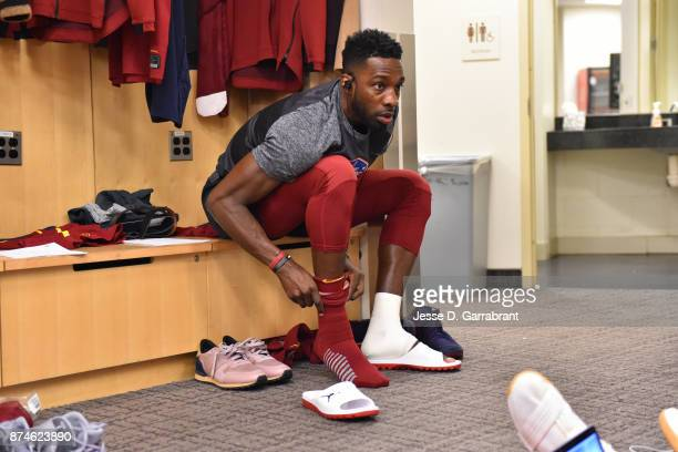 Jeff Green of the Cleveland Cavaliers gets ready before the game against the New York Knicks at Madison Square Garden on November 13 2017 in New York...