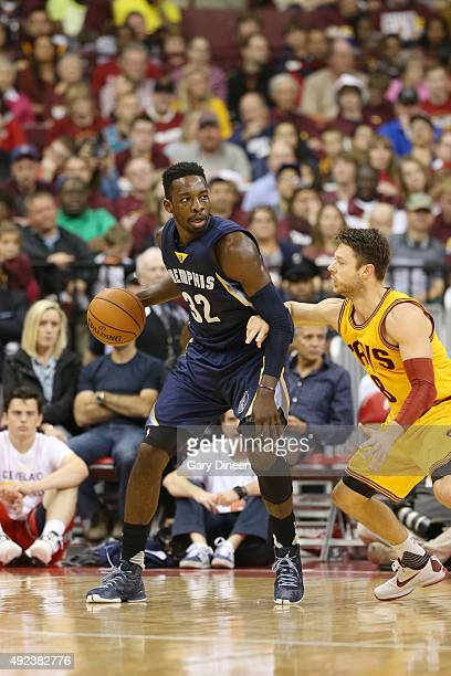 Jeff Green of the Memphis Grizzlies drives to the basket against Matthew Dellavedova of the Cleveland Cavaliers during a preseason game on October 12...