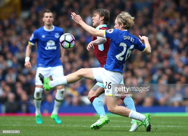 Jeff Hendrick of Burnley and Tom Davies of Everton battle for possession during the Premier League match between Everton and Burnley at Goodison Park...