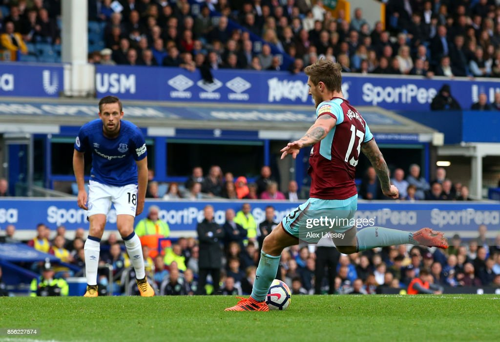 Jeff Hendrick of Burnley scores his sides first goal during the Premier League match between Everton and Burnley at Goodison Park on October 1, 2017 in Liverpool, England.