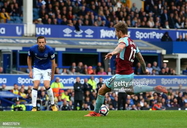 Jeff Hendrick of Burnley scores his sides first goal during the Premier League match between Everton and Burnley at Goodison Park on October 1 2017...