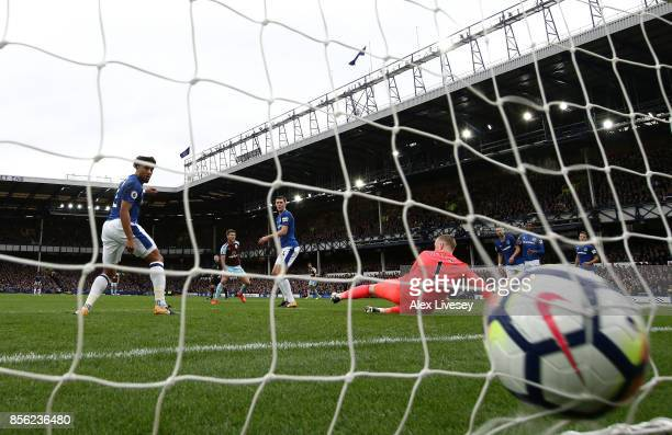 Jeff Hendrick of Burnley scores his sides first goal past Jordan Pickford of Everton during the Premier League match between Everton and Burnley at...