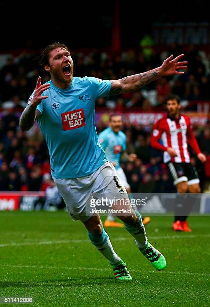 Jeff Hendrick of Derby celebrates scoring his sides first goal during the Sky Bet Championship match between Brentford and Derby County at Griffin...