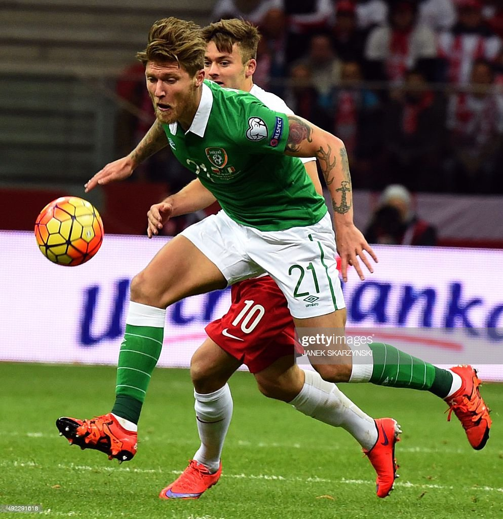 Jeff Hendrick (L) of Ireland and Karol Linetty of Poland vie for the ball during the Euro 2016 Group D qualifying football match between Poland and the Republic of Ireland at the Stadion Narodowy in Warsaw on October 11, 2015.