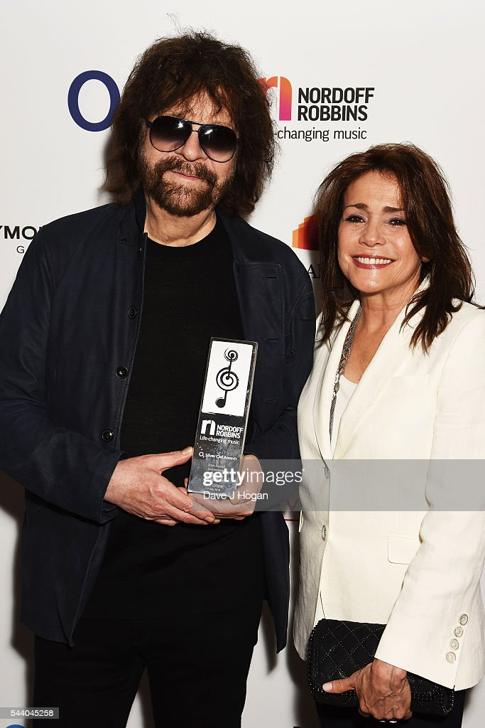<a gi-track='captionPersonalityLinkClicked' href=/galleries/search?phrase=Jeff+Lynne&family=editorial&specificpeople=1573357 ng-click='$event.stopPropagation()'>Jeff Lynne</a> (L) and Camelia Kath pose with the Icon Award during the Nordoff Robbins O2 Silver Clef Awards on July 1, 2016 in London, United Kingdom.