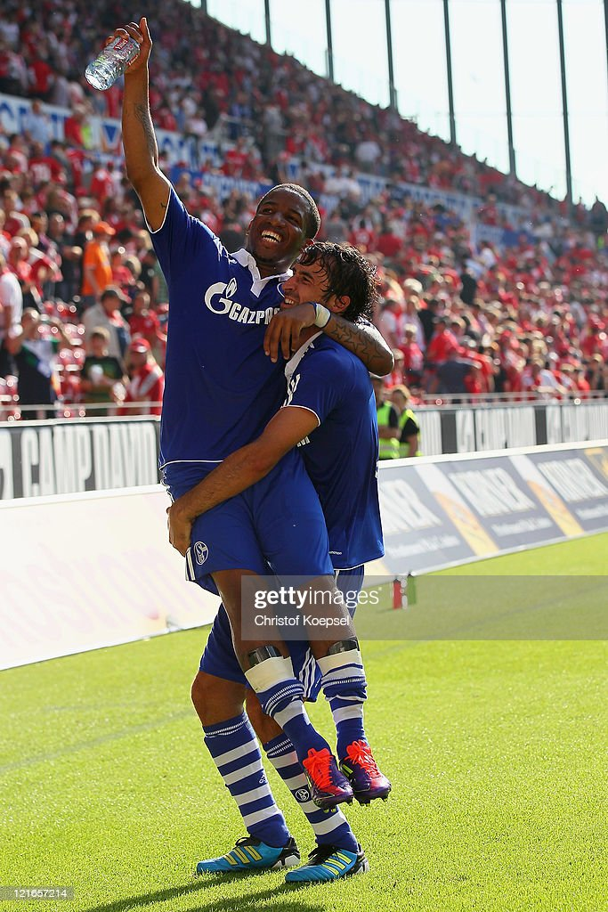 Jefferson Farfan and Raul Gonzalez of Schalke celebrate the 42 victory after the Bundesliga match between FSV Mainz 05 and FC Schalke 04 at Coface...