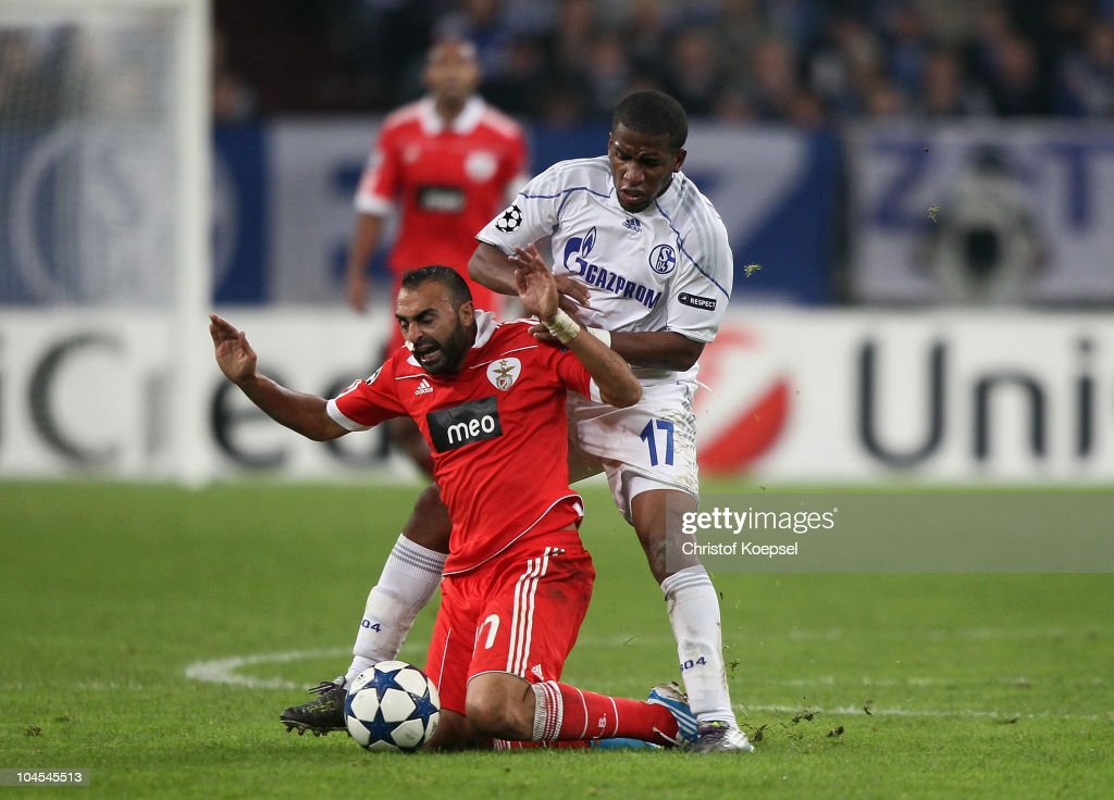 <a gi-track='captionPersonalityLinkClicked' href=/galleries/search?phrase=Jefferson+Farfan&family=editorial&specificpeople=791155 ng-click='$event.stopPropagation()'>Jefferson Farfan</a> of Schalke (R) challenges <a gi-track='captionPersonalityLinkClicked' href=/galleries/search?phrase=Carlos+Martins&family=editorial&specificpeople=685923 ng-click='$event.stopPropagation()'>Carlos Martins</a> of Benfica (L) during the UEFA Champions League match between FC Schalke 04 and SL Benfica at Veltins Arena on September 29, 2010 in Gelsenkirchen, Germany.