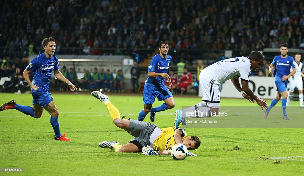 <a gi-track='captionPersonalityLinkClicked' href=/galleries/search?phrase=Jefferson+Farfan&family=editorial&specificpeople=791155 ng-click='$event.stopPropagation()'>Jefferson Farfan</a> of Schalke is challenged by goalkeeper Jan Zimmermann during the DFB Cup second round match between Darmstadt 98 and Schalke 04 at Stadion am Boellenfalltor on September 25, 2013 in Darmstadt, Germany.