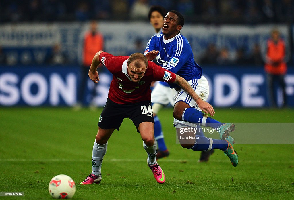 <a gi-track='captionPersonalityLinkClicked' href=/galleries/search?phrase=Jefferson+Farfan&family=editorial&specificpeople=791155 ng-click='$event.stopPropagation()'>Jefferson Farfan</a> of Schalke is challenged by <a gi-track='captionPersonalityLinkClicked' href=/galleries/search?phrase=Konstantin+Rausch&family=editorial&specificpeople=2146604 ng-click='$event.stopPropagation()'>Konstantin Rausch</a> of Hannover during the Bundesliga match between FC Schalke 04 and Hannover 96 at Veltins-Arena on January 18, 2013 in Gelsenkirchen, Germany.