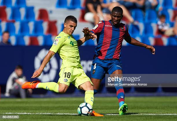 Jefferson Lerma of Levante competes for the ball with Mauro Arambarri of Getafe during the La Liga match between Levante and Getafe at Ciutat de...