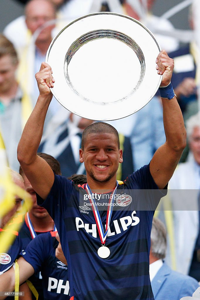 <a gi-track='captionPersonalityLinkClicked' href=/galleries/search?phrase=Jeffrey+Bruma&family=editorial&specificpeople=4508935 ng-click='$event.stopPropagation()'>Jeffrey Bruma</a> of PSV holds the trophy and celebrates after winning the Johan Cruijff Shield match between FC Groningen and PSV Eindhoven on August 2, 2015 in Amsterdam, Netherlands.