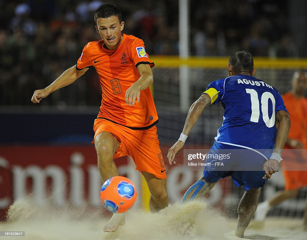 Jeffrey Klijbroek of Netherlands charges past Augustin Ruiz of El Salvador during the FIFA Beach Soccer World Cup Tahiti 2013 Group B match between El Salvador and Netherlands at the To'ata Stadium on September 21, 2013 in Papeete, French Polynesia.