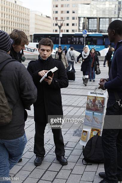 Jehovah's witness showing the Bible France