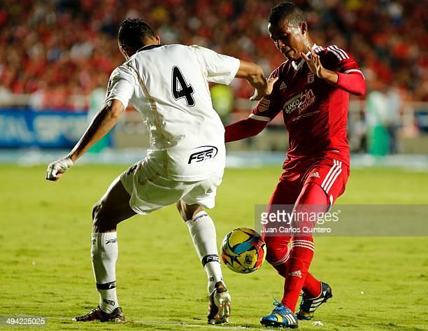 Jeison Lucumi of America de Cali fights for the ball with Armando Maldonaldo of Llaneros during a first leg semi final match between America de Cali...