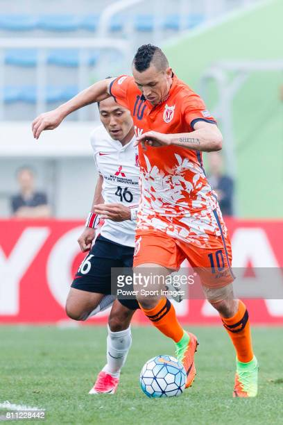 Jeju United Forward Marcelo Toscano dribbles Urawa Reds Defender Moriwaki Ryota during the AFC Champions League 2017 Round of 16 match between Jeju...