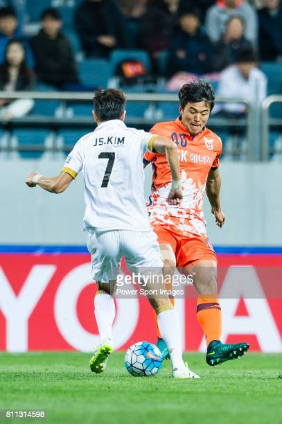 Jeju United Midfielder Lee Chandong fights for the ball with Adelaide United Midfielder Kim Jaesung during the AFC Champions League 2017 Group Stage...