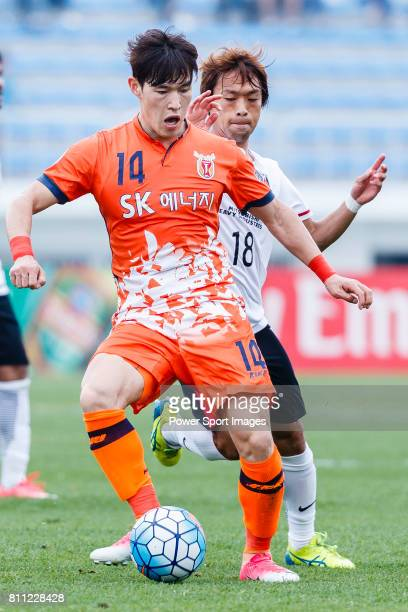 Jeju United Midfielder Lee Changmin fights for the ball with Urawa Reds Midfielder Komai Yoshiaki during the AFC Champions League 2017 Round of 16...