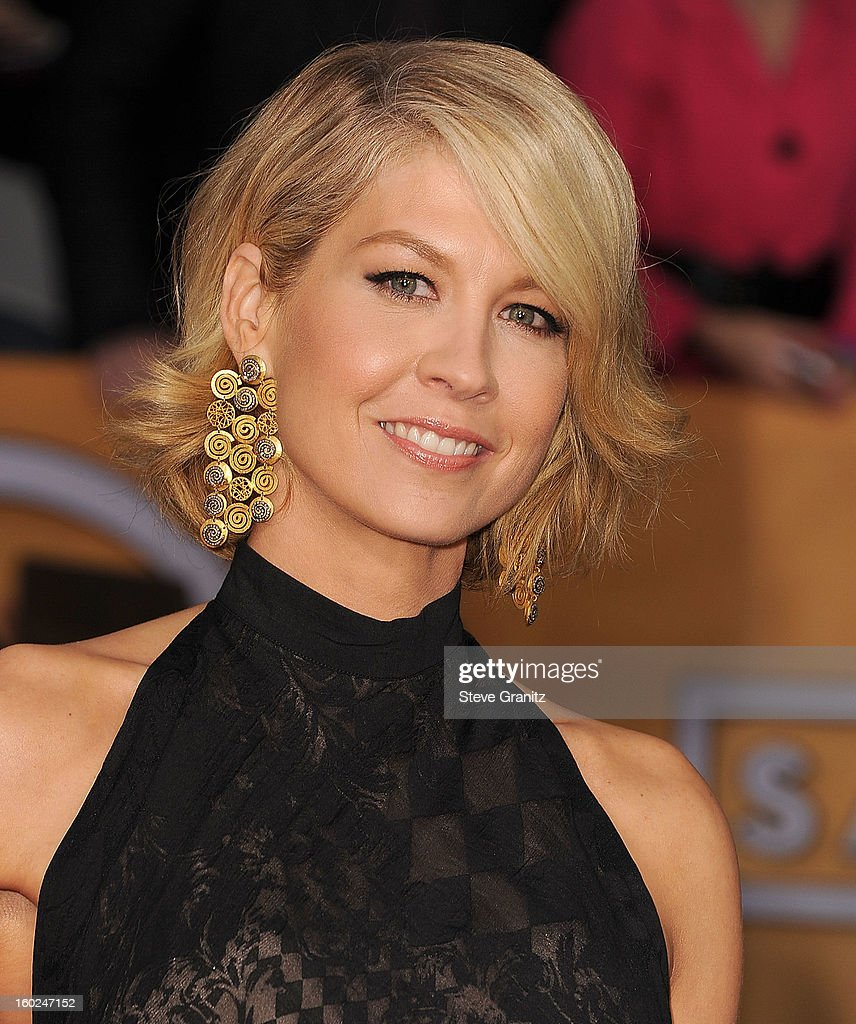 Jenna Elfman arrives at the 19th Annual Screen Actors Guild Awards at The Shrine Auditorium on January 27, 2013 in Los Angeles, California.