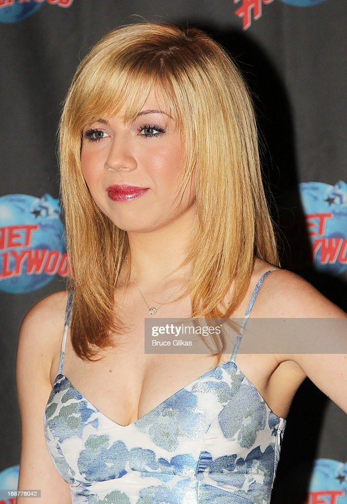 <a gi-track='captionPersonalityLinkClicked' href=/galleries/search?phrase=Jennette+McCurdy&family=editorial&specificpeople=2851877 ng-click='$event.stopPropagation()'>Jennette McCurdy</a> promotes Nickelodeon's 'Sam & Cat' at Planet Hollywood Times Square on May 14, 2013 in New York City.