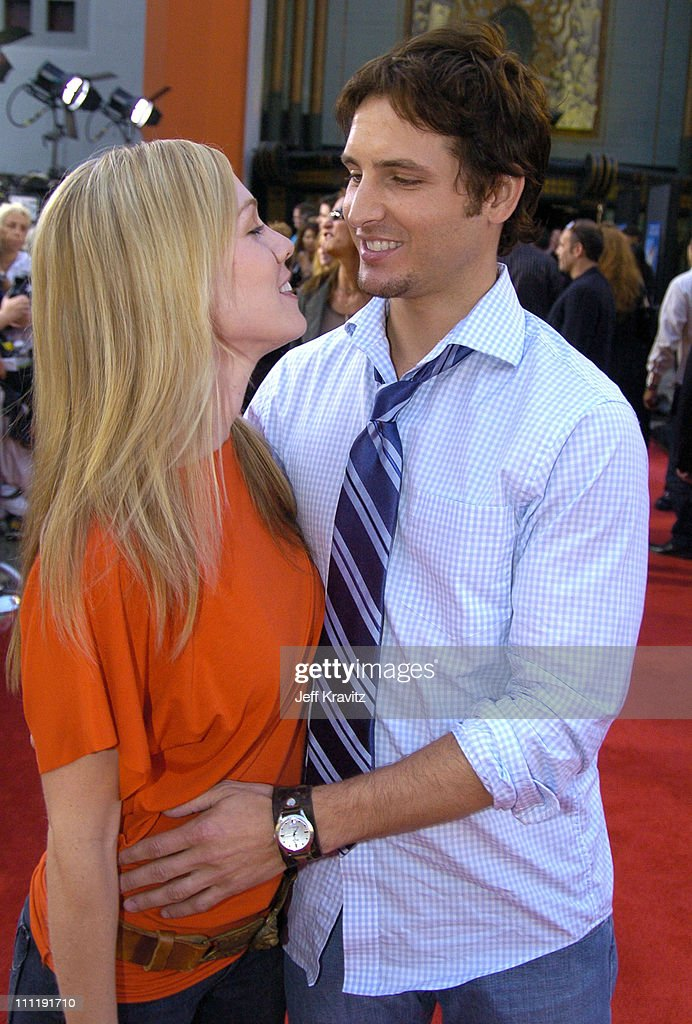 Jennie Garth and Peter Facinelli during HBO's Series 'Six Feet Under' Season Four Los Angeles Premiere Arrivals at Mann's Chinese Theater in...
