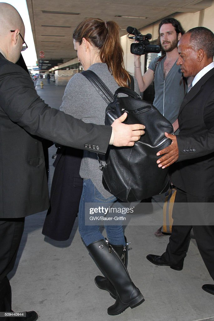 <a gi-track='captionPersonalityLinkClicked' href=/galleries/search?phrase=Jennifer+Garner&family=editorial&specificpeople=201813 ng-click='$event.stopPropagation()'>Jennifer Garner</a> is seen at LAX on February 10, 2016 in Los Angeles, California.