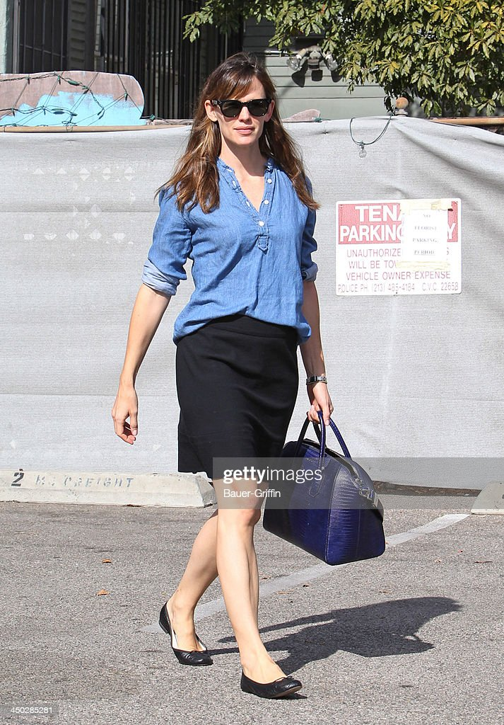 <a gi-track='captionPersonalityLinkClicked' href=/galleries/search?phrase=Jennifer+Garner&family=editorial&specificpeople=201813 ng-click='$event.stopPropagation()'>Jennifer Garner</a> is seen on November 17, 2013 in Los Angeles, California.