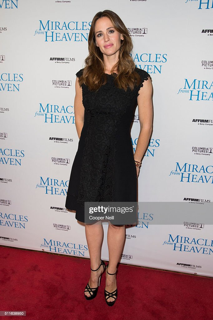 <a gi-track='captionPersonalityLinkClicked' href=/galleries/search?phrase=Jennifer+Garner&family=editorial&specificpeople=201813 ng-click='$event.stopPropagation()'>Jennifer Garner</a> poses for a photo on the red carpet for the premiere of 'Miracles From Heaven' on February 21, 2016 in Dallas, Texas.