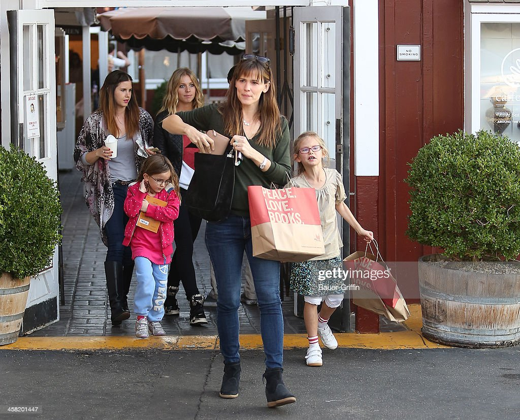 Jennifer Garner with Violet Affleck and Seraphina Affleck are seen on December 20, 2013 in Los Angeles, California.