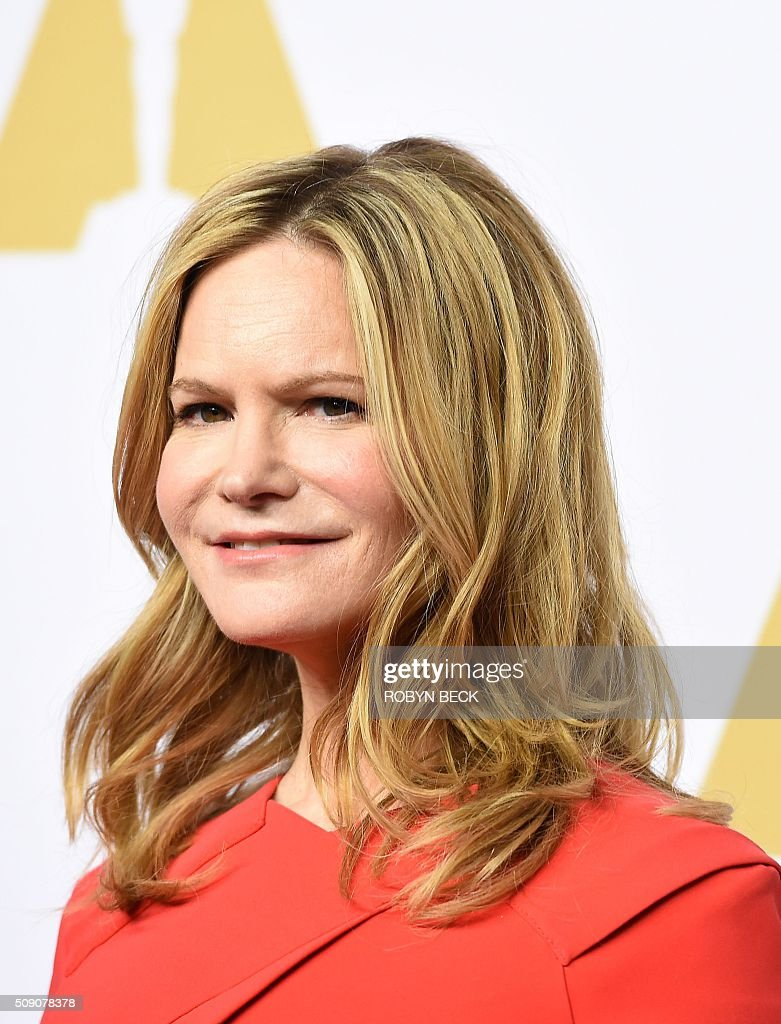 Jennifer Jason Leigh, nominee for best actress in a supporting role for 'The Hateful Eight,' arrives at the 88th Oscar Nominees Luncheon in Beverly Hills, California, February 8, 2016. / AFP / ROBYN BECK