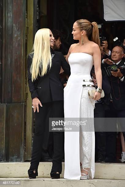 Versace Kleid Stock-Fotos und Bilder | Getty Images