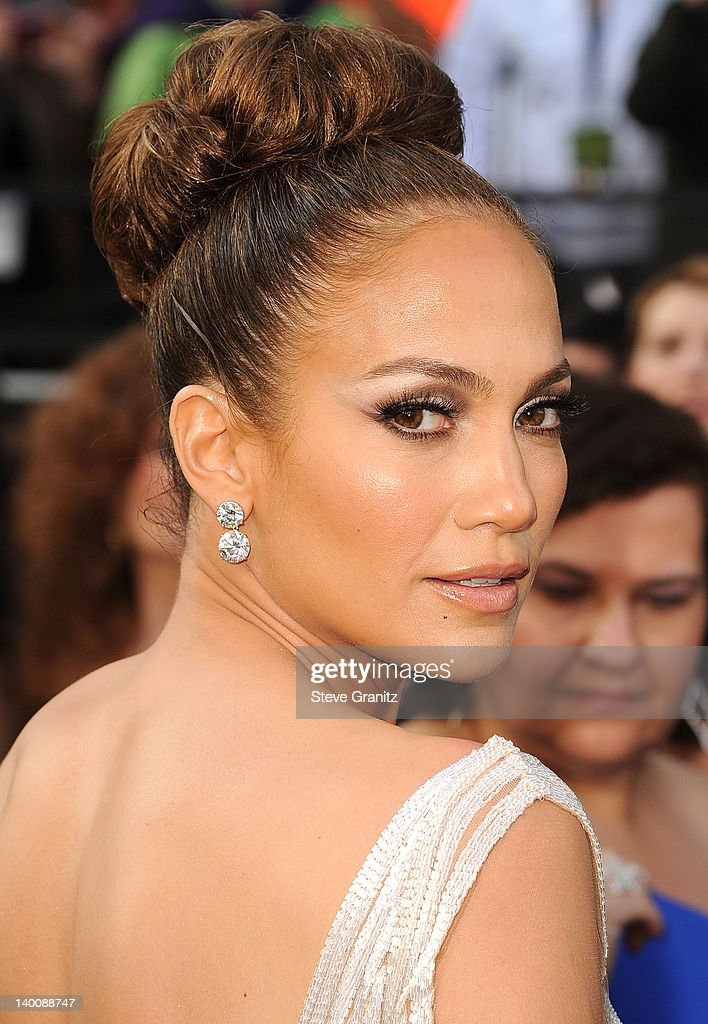 Jennifer Lopez arrives at the 84th Annual Academy Awards at Grauman's Chinese Theatre on February 26, 2012 in Hollywood, California.